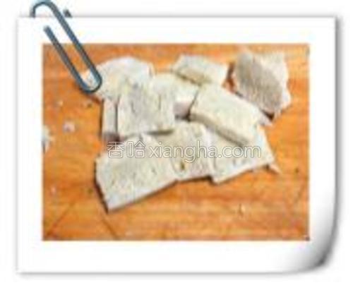 冻豆腐切片。
