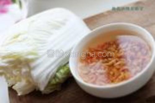取出一小把虾干流水冲洗后放于一碗清水中浸泡,利用浸泡的时间将大白菜冲洗一下沥干水。