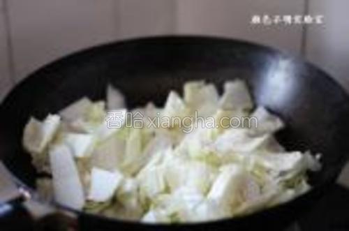 起锅放油加热后,放入白菜中火翻炒1分钟。