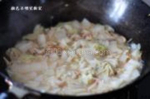 当白菜和虾干软烂,汤汁收浓。加入适量盐出锅即可。