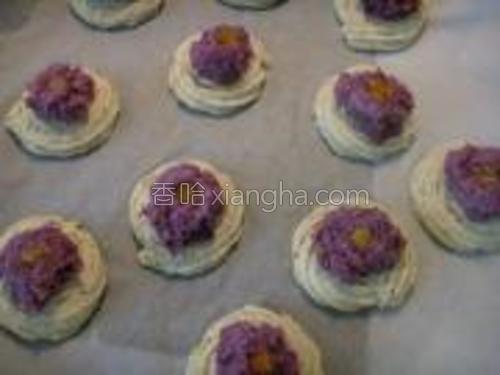 紫薯泥放到曲奇上去。用糖渍的橙子之类或者坚果点缀。继续170度,二层,8分钟。如果喜欢颜色再深些,口感再脆些,可以适当再加一两分钟。