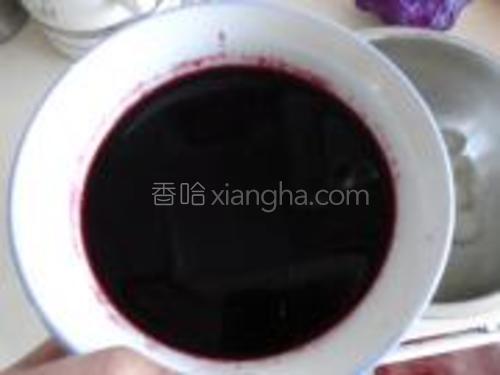 蒸好的冬瓜球,泡在加了白糖的红酒中3-4个小时就可以了。
