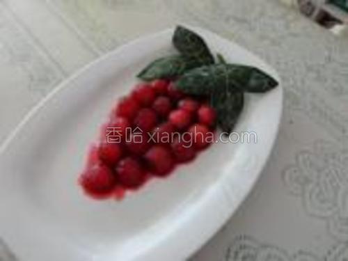 煮过的冬瓜皮叶子泡在凉开水里待用,最后,把泡制好的冬瓜球摆成葡萄形状,点缀上叶子,装盘就可以了。