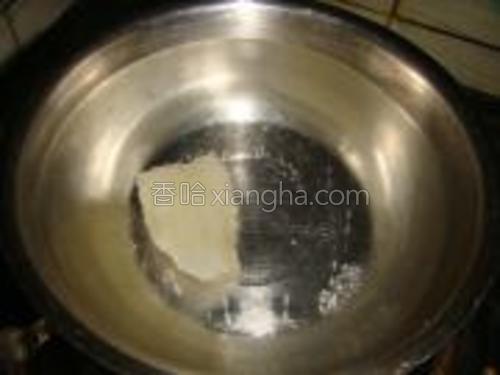锅里适量的清水,把冰糖煮融化。