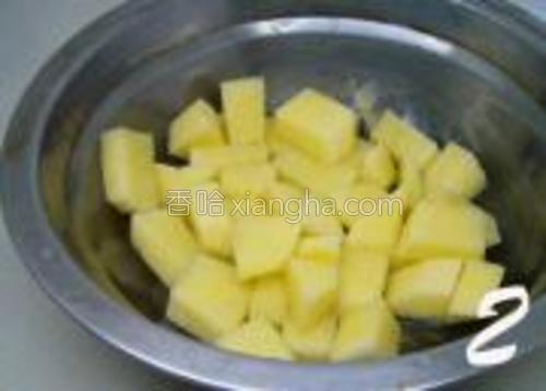 土豆去皮,洗净切丁,待用。