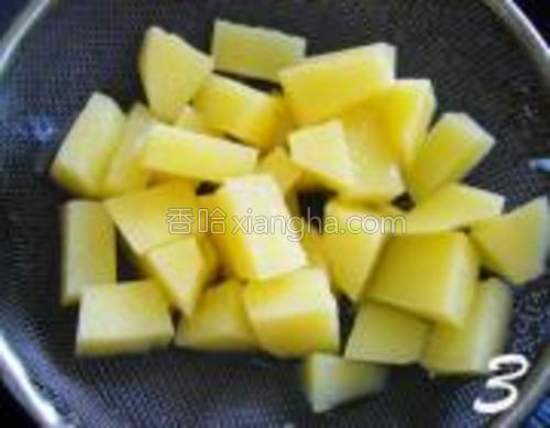 锅中放入清水烧开,倒入土豆焯30秒,起锅用冷水过滤,待用。