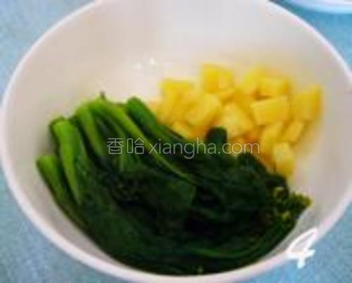锅中再放入洗净的菜心焯变色,起锅过冷水待用。