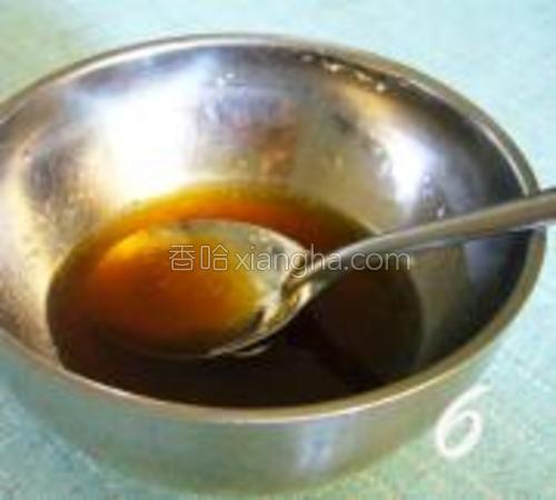 将蚝油,盐,橄榄油放入碗中加入30ML冷开水,顺时针方向搅拌均匀。