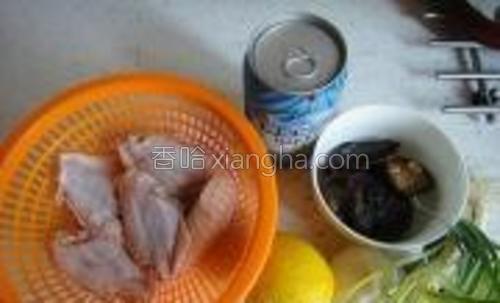 材料:鸡翅、啤酒、柠檬、香菇、葱姜蒜。