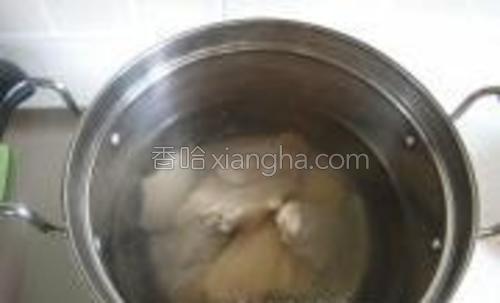 取一锅水烧开,下鸡翅汆30秒。