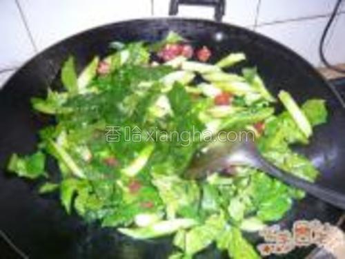 再把芥蓝放进去炒,断青放盐和鸡精调味即可。