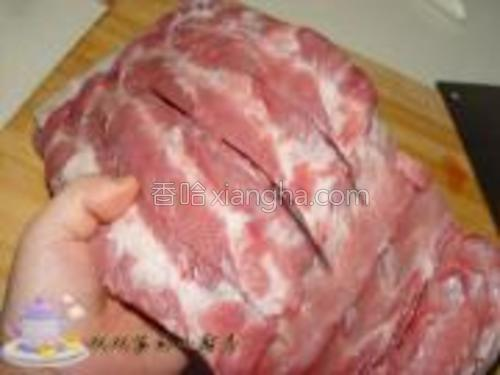 猪排买回来,洗净,将每根中间用刀子划开。