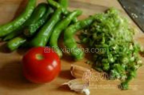 青椒十几个,西红柿一个,大蒜子两瓣。