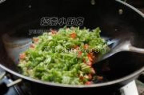 西红柿与青椒一起下锅同炒十几秒。