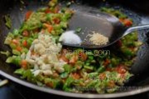 然后放少许盐、鸡精拌匀,出锅装盘。