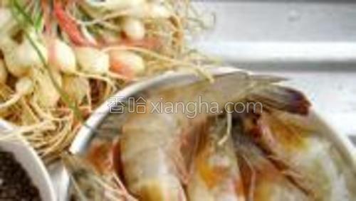 小野蒜一把,黑胡椒适量,虾500克。
