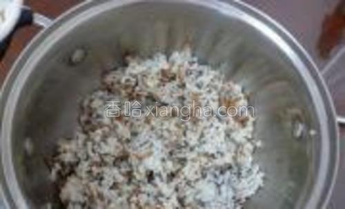 米饭与肉松调料拌匀