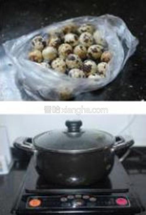 鹌鹑蛋放入锅里煮熟10分钟,出锅后用冷水泡一会,这样更容易去壳。