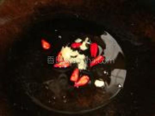 锅里热油,炒香姜末和小米椒。