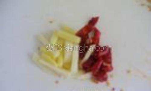 姜蒜,红尖椒切好备用。