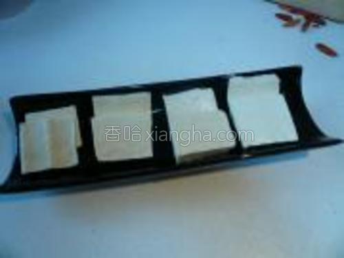 卤水豆腐,切成薄片。