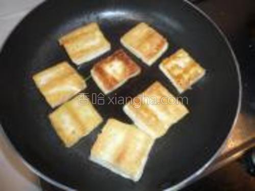 不粘锅放少量油,煎至金黄色。