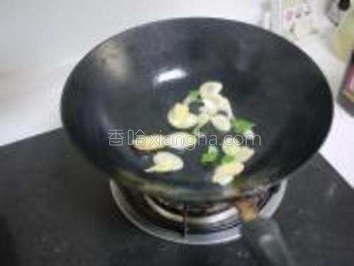 锅中加少许底油,油热后倒入葱姜爆锅。
