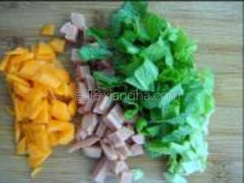将红萝卜,芥菜,火腿切丁。