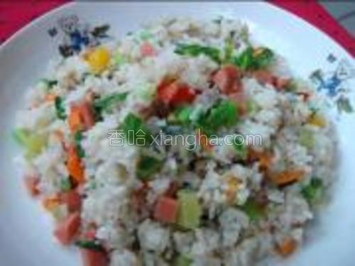 锅里放油,先把胡萝卜,芥菜,火腿炒七分熟再倒入剩饭炒熟调好味装盘。