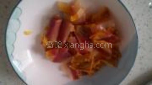 咸肉最好是肥的部分,这样能炸出猪油,菜吃起来很顺滑。