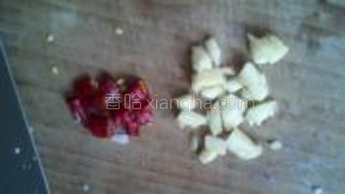 蒜用刀背拍碎,这样会很入味,辣椒用剪刀剪成小块,备用。