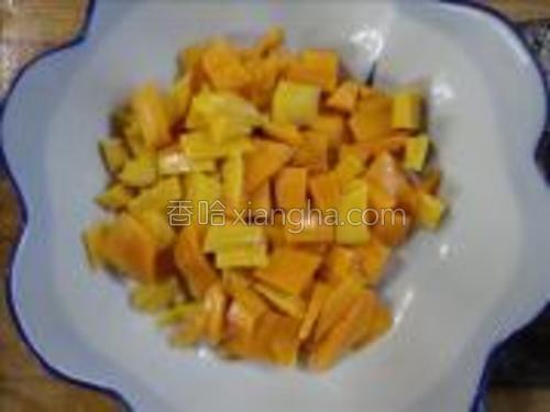 把芒果削去皮,切成丁。