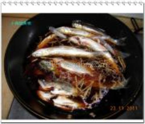 锅内入油爆香姜丝,加入酱油、盐、糖、料酒、少许醋,再放入鱼,加水。