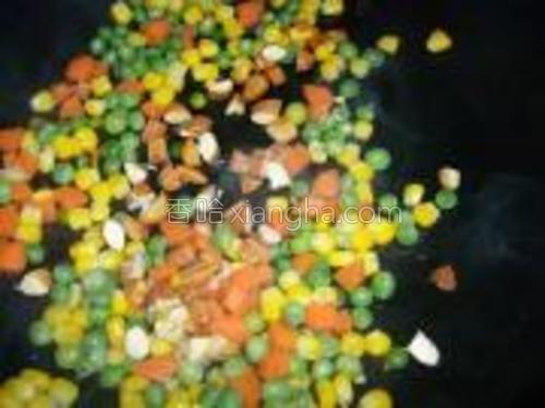 锅内入少许橄榄油,小火煮30秒,关火,依次放入豌豆粒,玉米粒和胡萝卜丁,翻炒一下,最后放入杏仁和枸杞。