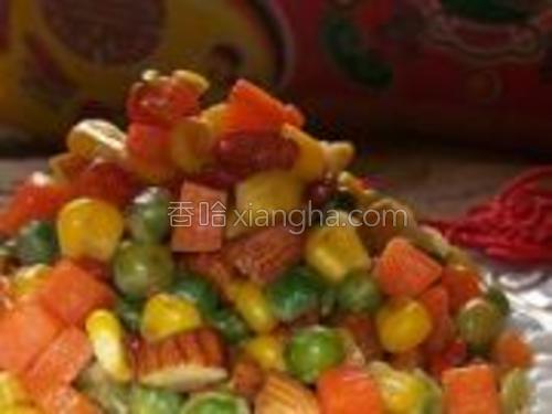开小火,勾薄芡,翻炒。<br/>把汤圆围绕盘子的边缘摆成圆形,把锅内食物装进即可。