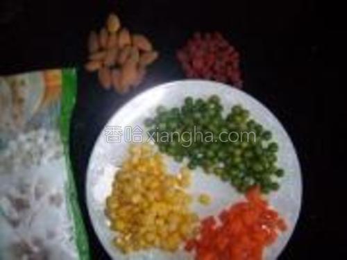 原料:玉米粒,豌豆粒,胡萝卜丁,小汤圆,枸杞,杏仁