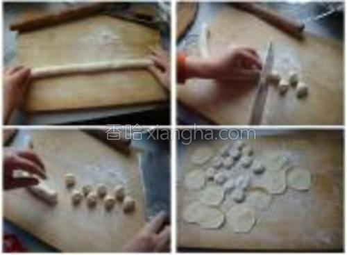 取一小团面剂子,把它揉成细条。记住,饺子的大小很大程度上取决于面条的粗细,如果你喜欢吃大饺子,则条略粗点,如果喜欢吃小饺子,则条略细点。<br/><br/>切成小面团,用擀面杖擀开,要求中间厚四周薄。