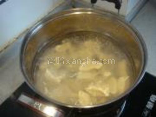 锅上水烧开,下入饺子,用漏勺轻轻地从锅边推一下,防止沉底粘锅,等到饺子全部都浮上来了再盖锅盖。锅开后加水,如此三次即可出锅喽。