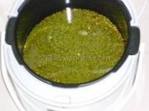 绿豆泡12小时,然后放入锅子里煮熟,用压力锅啥的都行,手头有啥用啥。