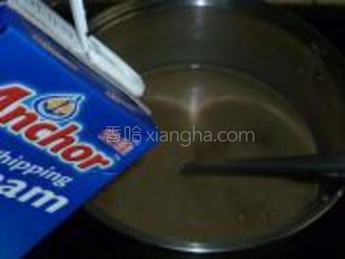 把豆沙放入小锅子中,倒入鲜奶油、糖,煮沸。
