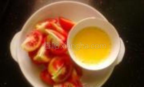 番茄切小块,鸡蛋调成蛋液加少许盐