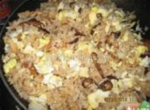 再加入炒熟的鸡蛋。