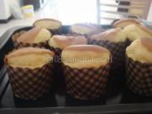 还一起做了10个纸杯蛋糕,跟大家一起分享了!