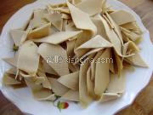 将干豆腐清洗干净,切成菱形片,装入盘中待用。