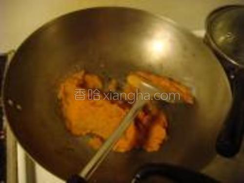 锅里放一些油,比平时炒菜略多即可。<br/>放入南瓜馅,蛋液,用中火炒。