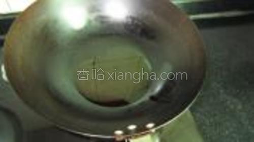 在锅中注入适量的菜油,烧热。