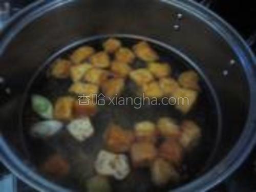 开锅后放入豆泡煮开。