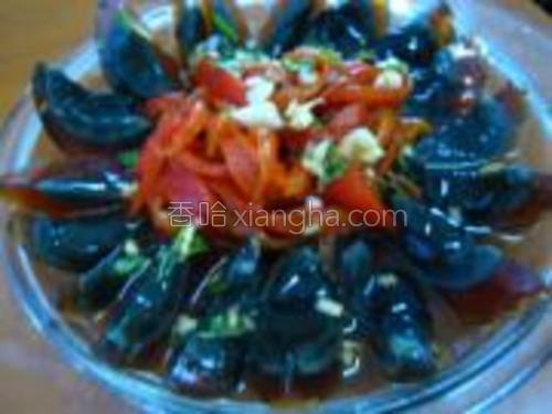 把拌好的辣椒摆在盘子中间,汁先留着,刀上沾水,把皮蛋切成小块,摆在辣椒的边上,成花状,把拌过辣椒的汁淋在皮蛋上就可以了。