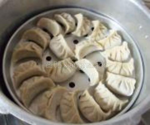 高压锅加水,放入蒸架,码上饺子,烧开后蒸3分钟即可。