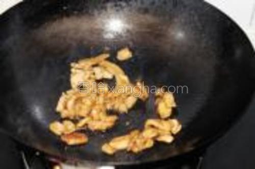烧热锅加油,依次下入姜片和肉片翻炒。